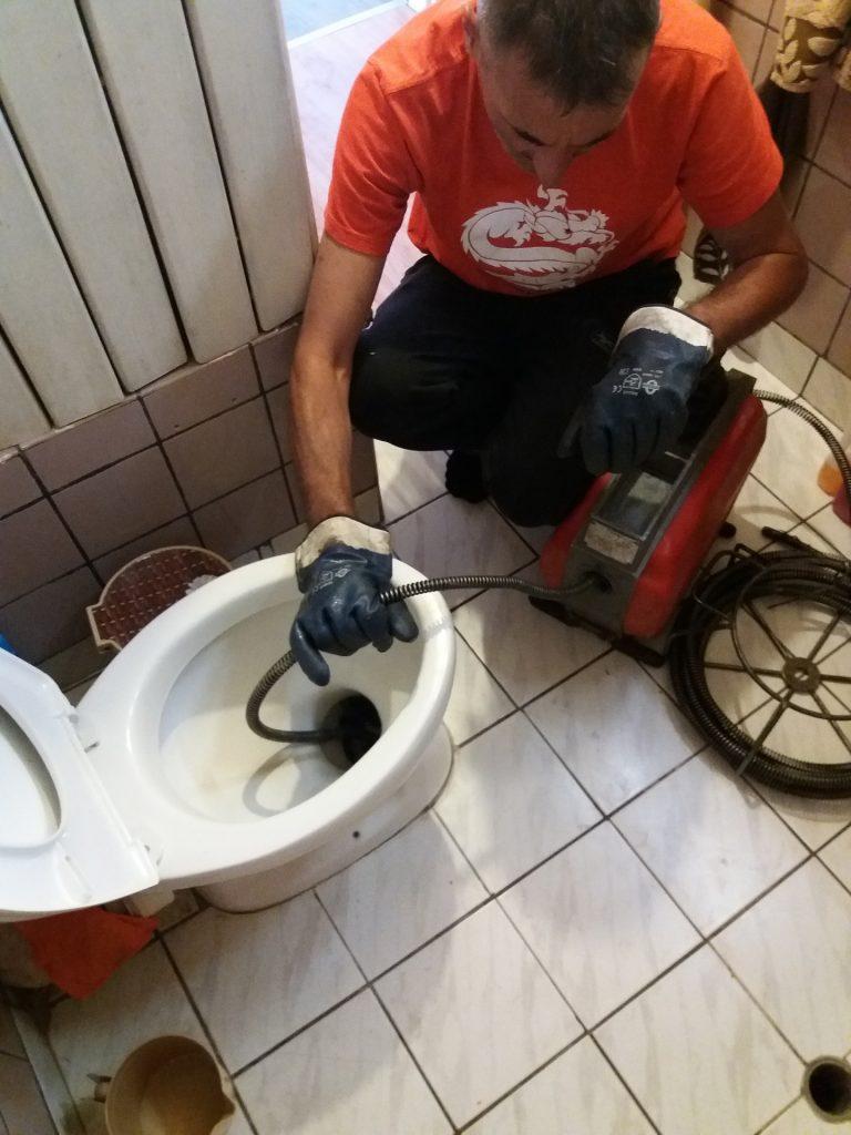 Отпушване на тоалетна